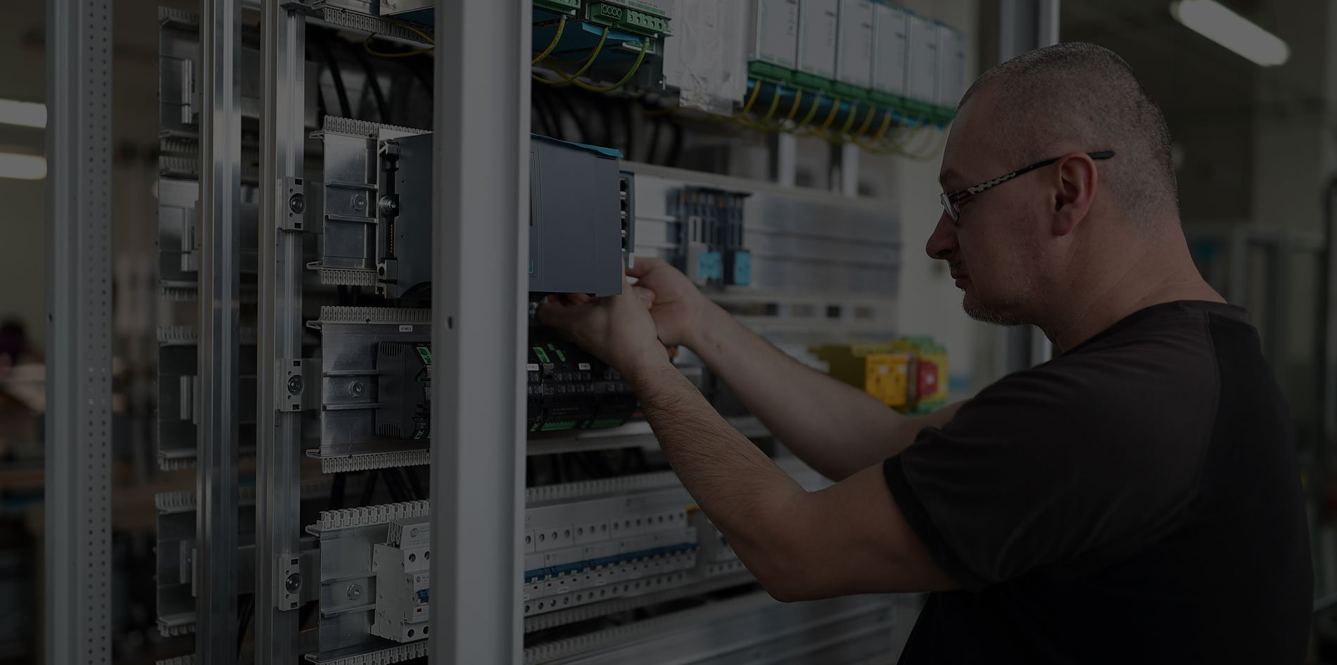 Osazování elektrického rozvaděče nízkého napětí v SENCO Příbram